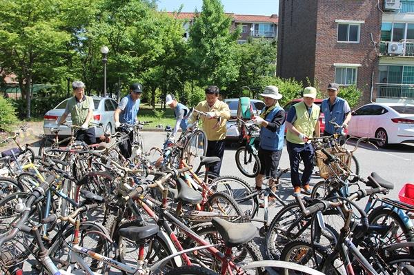 폐자전거 수거 광양제철소 파트장들이 금호동 지역 단체와 함께 주택단지 내 폐자전거를 수거하고 있다.