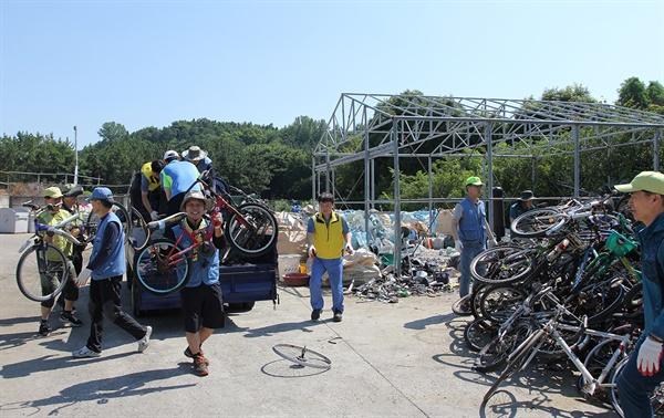 폐자전거 수거 광양제철소 파트장들이 금호동 지역 단체와 함께 주택단지 내 폐자전거를 수거해 한 곳에 모으고 있다.