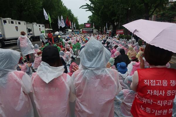 민주노총이 10일 오후 청와대 인근에서 고속도로 수납원 집단해고 철회 결의대회를 하고 있다.