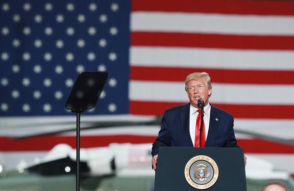 연설하는 도널드 트럼프 미국 대통령 도널드 트럼프 미국 대통령이 30일 오후 경기도 평택시 주한미군 오산공군기지에서 열린 장병 격려 행사에서 연설하고 있다.