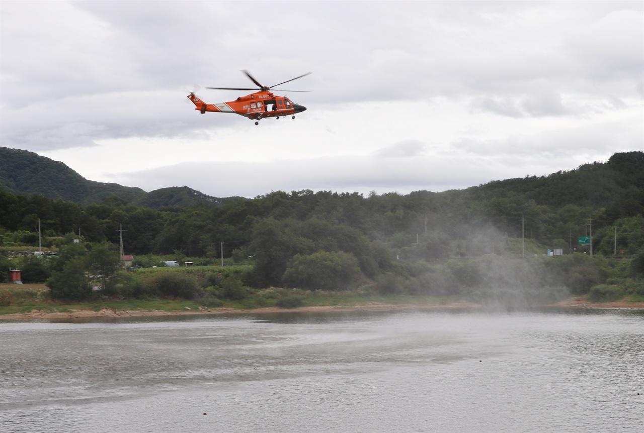 소방헬기가 11일 실종자 이씨(71)의 수난사고가 의심되는 반곡저수지 상공 위에서 하버링(hovering) 수색 작업을 펼치고 있다.
