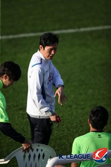 전북 현대 코치 시절 박충균의 모습(자료사진)
