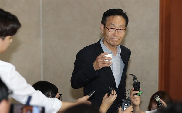 바른미래당 주대환 혁신위원장이 11일 오후 국회 정론관에서 혁신위원장직 사퇴 기자회견을 한 후 기자들의 질문을 듣고 있다