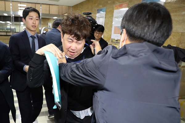 지난 4월 25일 오후 국회 의안과 앞에서 백혜련 의원실 보좌관이 고위공직자비리수사처 법안을 접수하려고 하자 자유한국당 의원이 이를 저지하고 있다.