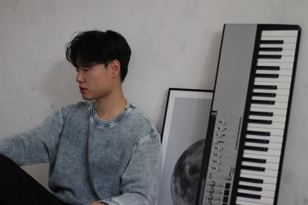디엔엠 멤버 권동찬의 모습