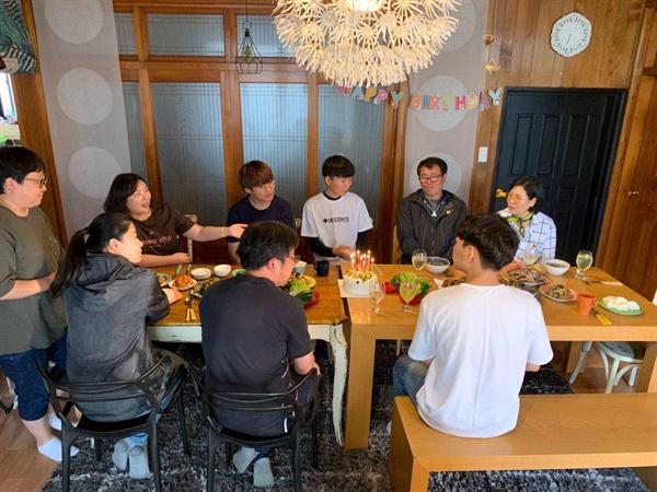 광주전자공고 학생들이 제주에 가서 고 이민호 학생 아버지의 생일상을 직접 차렸다.