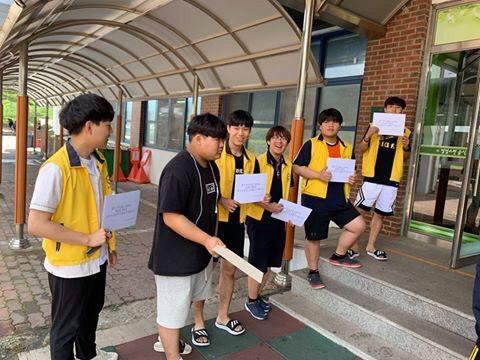 7월 3일 학교비정규직노동자들의 파업을 앞두고 지지하는 피케팅을 하고 있는 광주전자공고 학생들