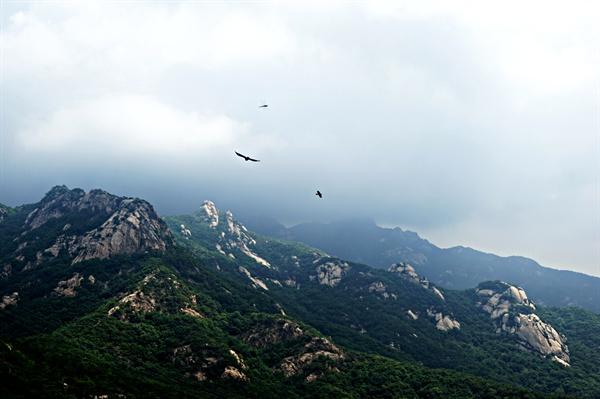 족두리봉 정상에서 바라본 향로봉과 비봉. 먹구름이 문수봉과 보현봉을 덮고 있다.
