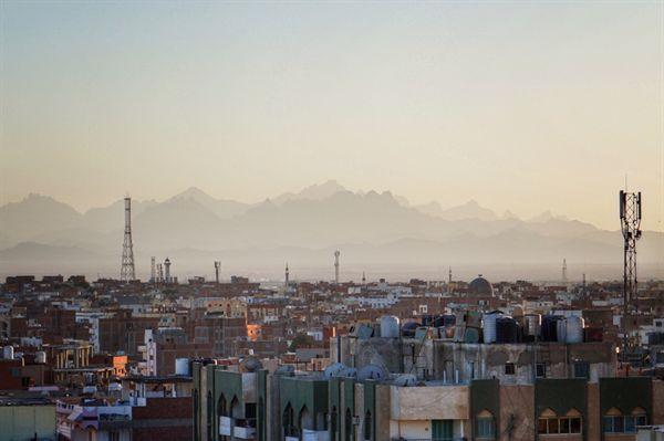 리조트와 호텔들에 막혀 해변을 찾기 어려운 사막의 도시 후르가다 도심.