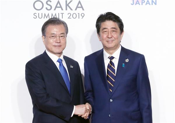 문재인 대통령이 지난 6월 28일 오전 인텍스 오사카에서 열린 G20 정상회의 공식환영식에서 의장국인 일본 아베 신조 총리와 기념촬영을 하고 있다.