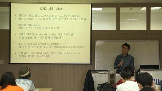 제천 행복기자학교 5월 25일 이봉수 세명대 저널리즘스쿨 교수가 '미디어의 이해' 강의를 진행하고 있다.