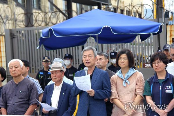 '부산항 8부두 세균무기실험실 추방을 요구하는 전국 가계각층 기자회견'이 7월 13일 오후 부산 감만동 8부두 미군부대 입구에서 열렸다. 한충목 한국진보연대 공동대표가 발언하고 있다.