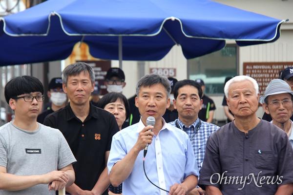 '부산항 8부두 세균무기실험실 추방을 요구하는 전국 가계각층 기자회견'이 7월 13일 오후 부산 감만동 8부두 미군부대 입구에서 열렸다. 이상규 민중당 대표가 발언하고 있다.