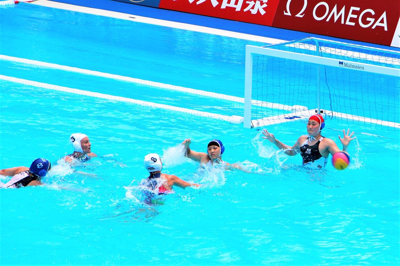 14일 열린 여자수구 B조 1라운드 한국과 헝가리 전에서 오희지 골키퍼(맨 오른쪽)이 헝가리 선수의 공격을 막으려 손을 뻗고 있다.