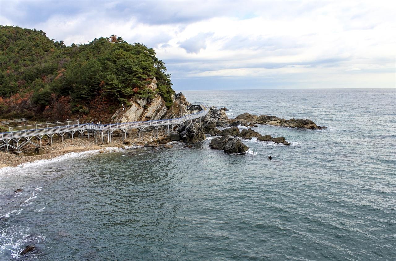 바다부채길 초입의 전망대에 올라 탁 트인 동해바다를 바라보며 트래킹을 시작한다.