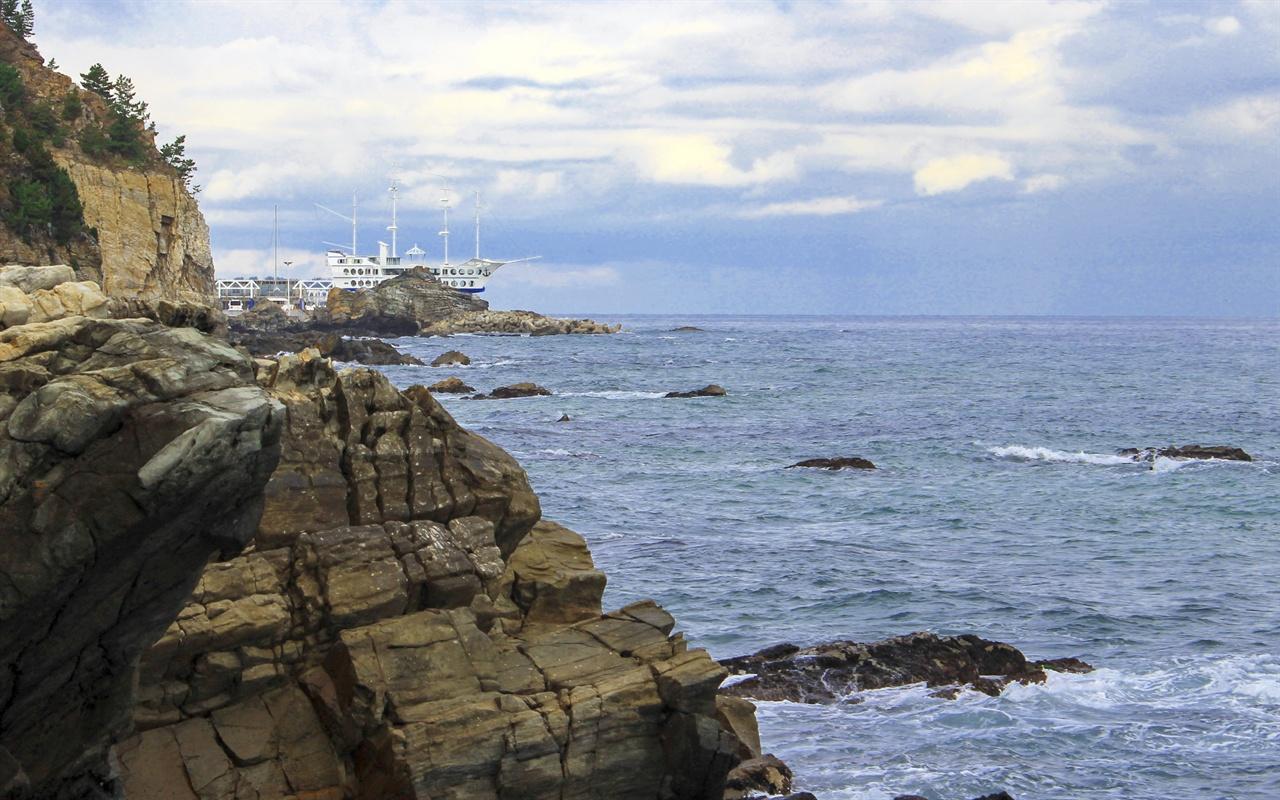 심곡에서 출발해서 정동진 썬크루즈가 보일때 까지 걸으면 된다. 마지막 계단을 오르면 멀리 시원한 바다를 내려다 볼 수가 있다.
