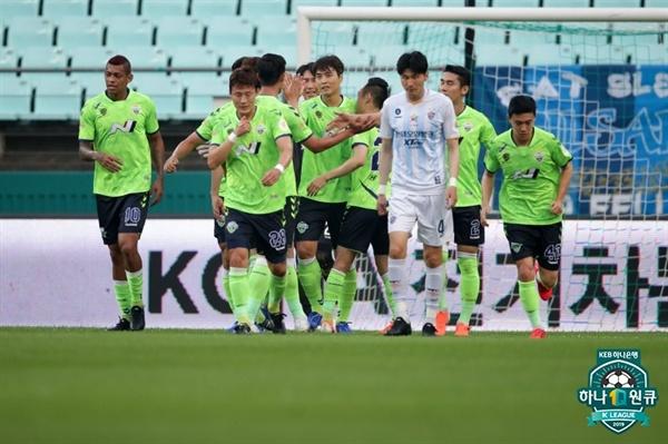2019년 7월 14일 전주월드컵경기장에서 열린 K리그1 전북 현대와 울산 현대의 경기. 전북 이동국 선수의 득점 후 선수들이 세리머니하고 있다.