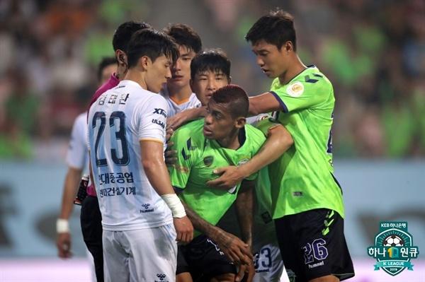2019년 7월 14일 전주월드컵경기장에서 열린 K리그1 전북 현대와 울산 현대의 경기. 울산 김태환(왼쪽)과 전북 로페즈(가운데) 선수를 중심으로 양팀의 신경전이 벌어지고 있다.