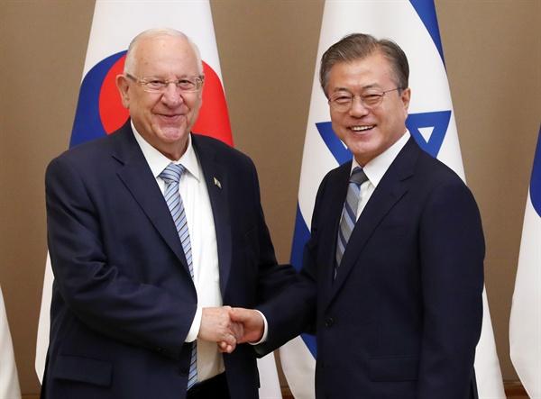 문재인 대통령과 레우벤 리블린 이스라엘 대통령이 15일 오전 청와대에서 정상회담 전 악수하고 있다. 14일 공식 방한한 리블린 대통령은 18일까지 체류할 예정이다. 1962년 한국과 수교한 이스라엘의 대통령 방한은 2010년 이후 9년 만이다.