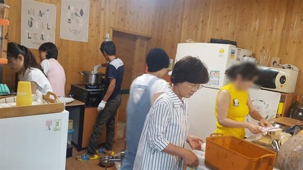 새터민과 남한 사람이 함께 감자국수를 만들고 있습니다.