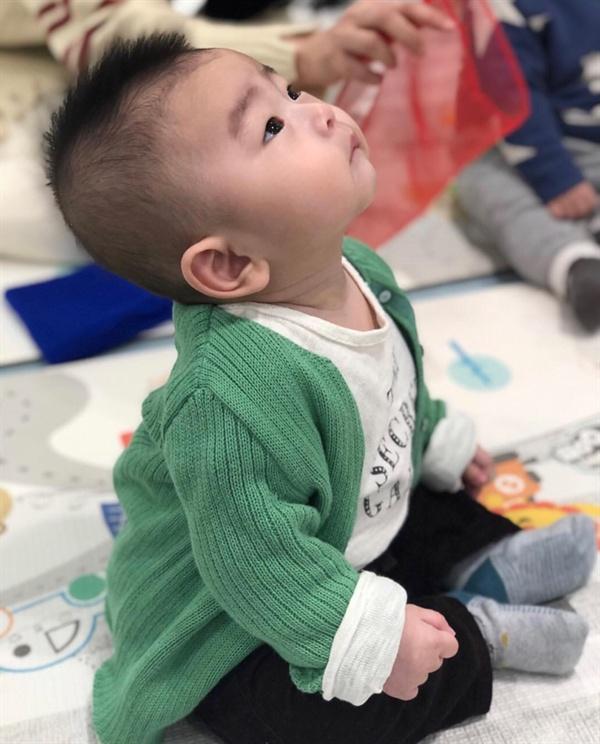 생후 8개월째 손자 녀석의 학습 태도 손자 녀석이 문화센터 어린이교실 교사의 강의에 집중하고 있는 모습