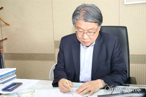 이승호 대구시 경제부시장이 자신의 사무실에서 업무를 보고 있다.