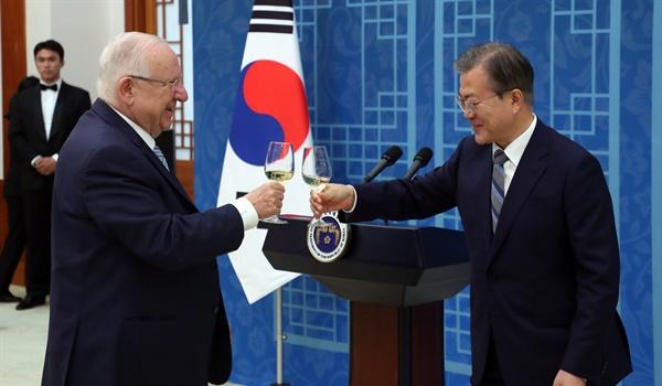 문재인 대통령과 레우벤 리블린 이스라엘 대통령이 15일 청와대에서 오찬 전 건배를 하고 있다.