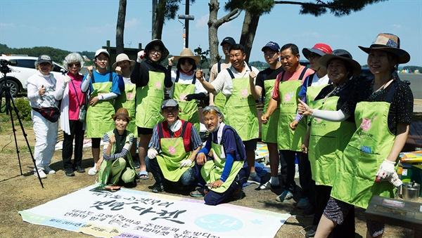 '고랫부리마켓' 개보수 공동작업에 참여한 봉사자들