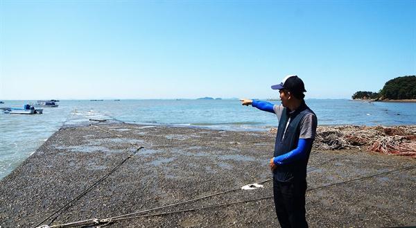 어장진입로 1미터 높이는 공사를 설명 중인 어촌계 총무님