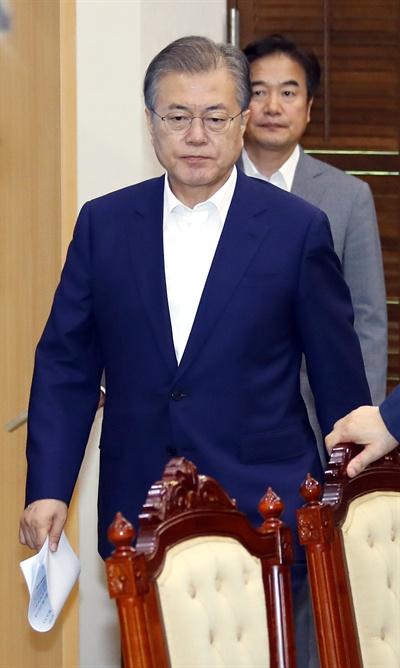 문 대통령 '입장' 문재인 대통령이 15일 오후 청와대에서 열린 수석보좌관 회의에 입장하고 있다.