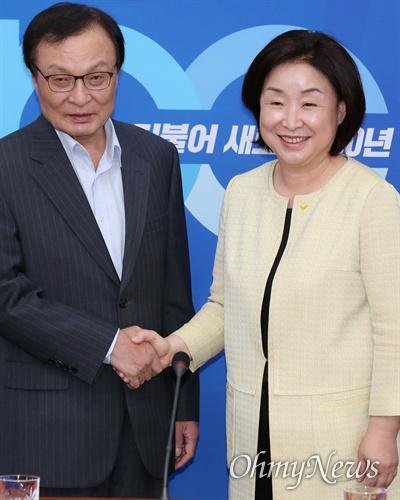 이해찬 만난 심상정 이해찬 더불어민주당 대표가 15일 오후 서울 여의도 국회에서 심상정 정의당 신임 대표를 만나 취재진 앞에서 포즈를 취하고 있다.