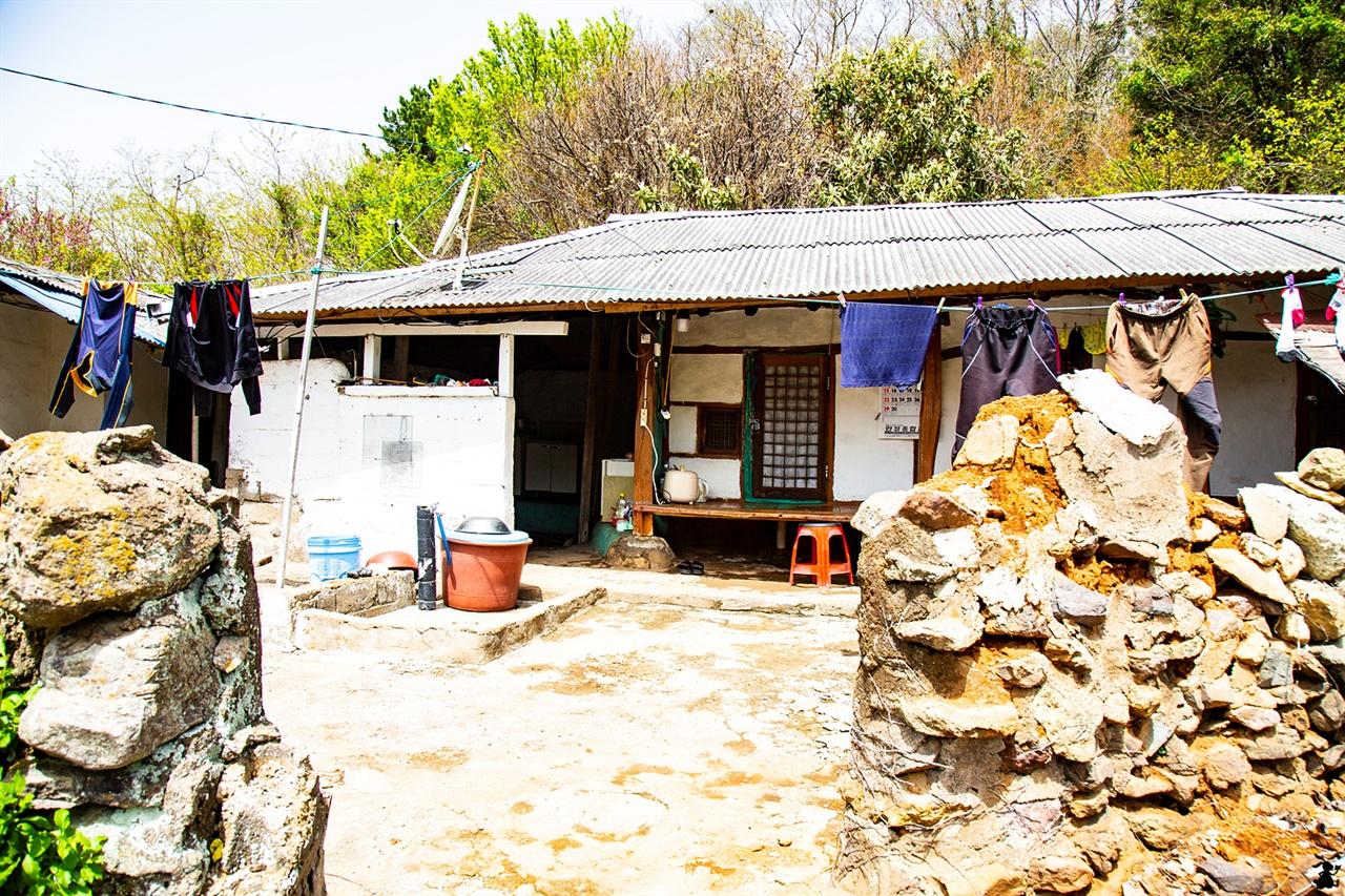 저도의 섬지기 집 낡은 작업복이 빨랫줄에 늘려있다.  주인 없는 집의 빨래들과 눈인사했다.