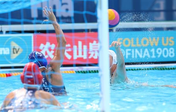 첫 골 넣는 경다슬 16일 광주 광산구 남부대학교 수구경기장에서 열린 2019 광주세계수영선수권대회 수구 여자부 조별리그 B조 2차전 한국과 러시아의 경기에서 한국 경다슬이 첫 골을 넣고 있다.
