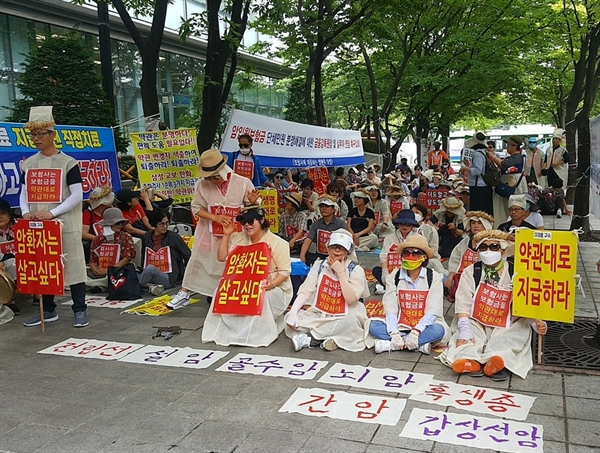 16일 서울 영등포구 금융감독원 앞에서 열린 '제25차 암입원보험금 약관대로 지급 촉구 집회'에 참석한 암환자들의 모습.
