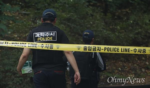 정두언 전 의원 숨진 채 발견, 사고현장 통제하는 경찰 16일 오후 서울 서대문구 한 산에서 정두언 전 국회의원이 숨진 채 발견된 가운데, 과학수대 대원이 사고 현장으로 이동하고 있다.