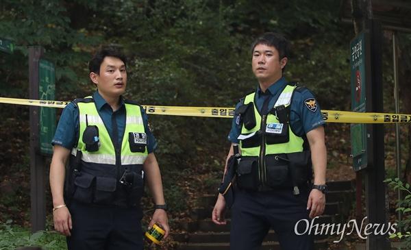 정두언 전 의원 숨진 채 발견, 사고현장 통제하는 경찰 16일 오후 서울 서대문구 한 산에서 정두언 전 국회의원이 숨진 채 발견된 가운데, 경찰들이 사고 현장에서 외부인들의 출입을 통제하고 있다.