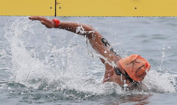 결승선 통과하는 백승호 여수 엑스포 해양공원 오픈워터 수영 경기장에서 열린 오픈워터수영 남자 5km 경기에서 백승호가 터치패드를 찍고 있다. 백승호는 57분 5초 30의 기록으로 총 60명의 출전 선수 중 48위를 기록했다.