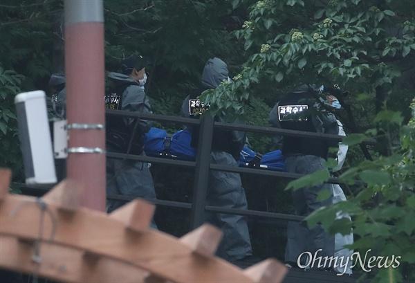 정두언 전 의원 숨진 채 발견, 시신 운구하는 경찰 16일 오후 서울 서대문구 한 산에서 정두언 전 국회의원이 숨진 채 발견된 가운데, 과학수사 대원들이 시신을 수습한 뒤 차량으로 이동하고 있다.