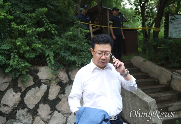 16일 오후 서울 서대문구 한 산에서 정두언 전 국회의원이 숨진 채 발견된 가운데, 정태근 전 의원이 사고현장을 확인한 뒤 참담한 표정을 짓고 있다.