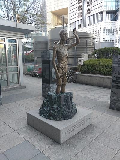 서울시 용산역 광장에서 찍은 강제징용 노동자상.