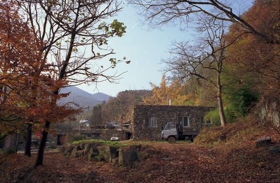 어른이 마지막으로 살던 돌집. 가을날.