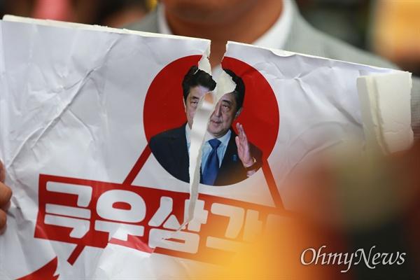 찢겨진 아베 17일 오후 서울 종로구 일본대사관앞에서 민중당 당원들이 동북아평화를 위협하고 경제보복에 나선 일본 아베정권을 규탄하며 '아베 정권-자유한국당-조선일보 극우삼각동맹'을 상징하는 피켓을 찢고 있다.
