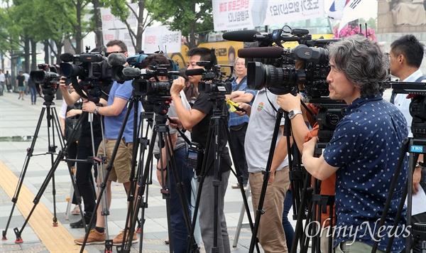 민주노총, 전국농민회총연맹, 한국중소상인자영업자총연합회, 한국진보연대 등 60여개 시민사회단체 회원들이 17일 오후 서울 종로구 세종문화회관 앞에서 아베 정권의 경제 보복조치를 규탄하는 기자회견을 진행하자, NHK, TV아사히, TBS(도쿄방송)을 비롯한 일본 방송과 외신기자들이 이를 취재하고 있다.