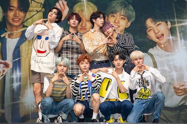 펜타곤 그룹 펜타곤이 9번째 미니앨범 < SUM(ME:R) >를 발표하고 여름저격 활동에 나선다.