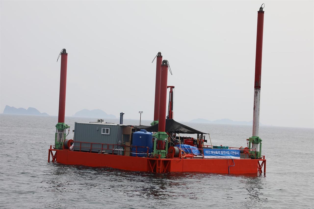 육지에서 25km 떨어진 공해상에서 풍향계측기 설치를 위한 작업에 이어지고 있다.