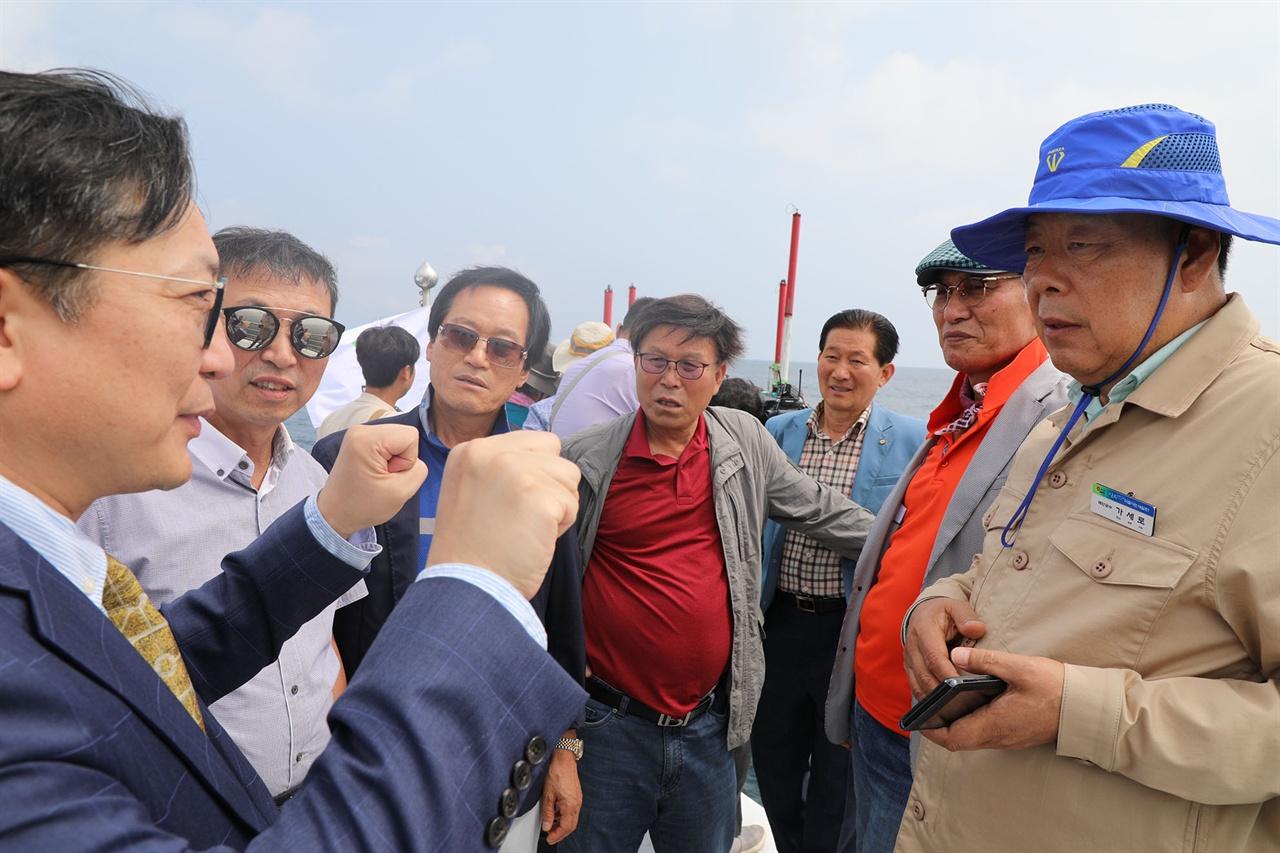추병원 (주)태안풍력발전 대표이사(사진 왼쪽 첫번째)가 가세로 태안군수와 지역주민 대표들에게 향후 사업 구상을 설명하고 있다.