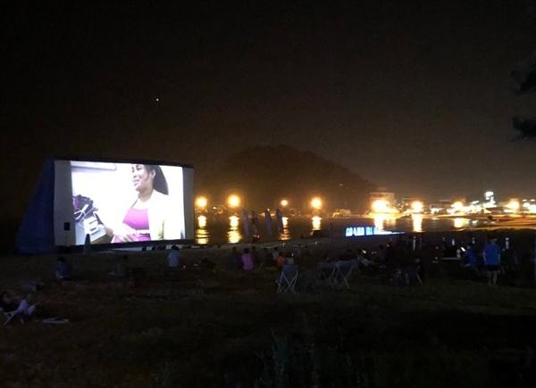 바닷가 앞에 설치된 '그랑블루 페스티벌' 해변극장