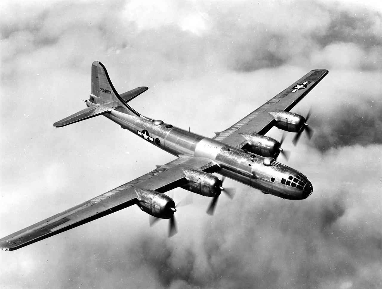 비행중인 B-29 태평양전쟁 당시 미 육군 항공대 소속으로 일본 본토 폭격에 동원됐던 B-29는 히로시마와 나가사키에 원자폭탄을 투하한 기체이기도 하다. 한국전쟁 때는 미 극동공군 폭격기 사령부 소속으로 작전을 수행했다. 용산 대폭격을 수행한 기체도 B-29다.