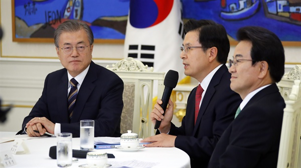 문재인 대통령이 18일 오후 청와대에서 열린 '정당대표 초청 대화'에서 자유한국당 황교안 대표의 발언을 듣고 있다.