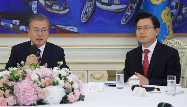 문재인 대통령이 18일 오후 청와대에서 열린 '정당대표 초청 대화'에서 여야 5당 대표들과 일본 수출규제조치에 대한 대응책을 논의하고 있다. 오른쪽은 자유한국당 황교안 대표.
